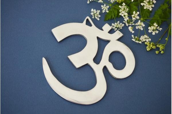 symbole OM en métal